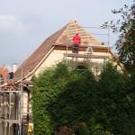 Das Dach ist beinahe fertig gedeckt. Hier ist die Westansicht zu sehen.