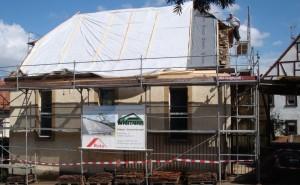 Gut erhaltene Dachziegel (Biberschwanz) werden wiederverwendet und in die neue